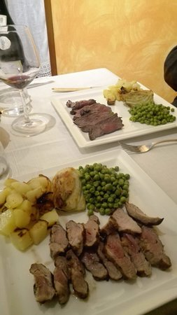 Valdagno, إيطاليا: Tagliata di manzo e di vitello con verdure di stagione:finocchio grattinato, piselli,patate al f
