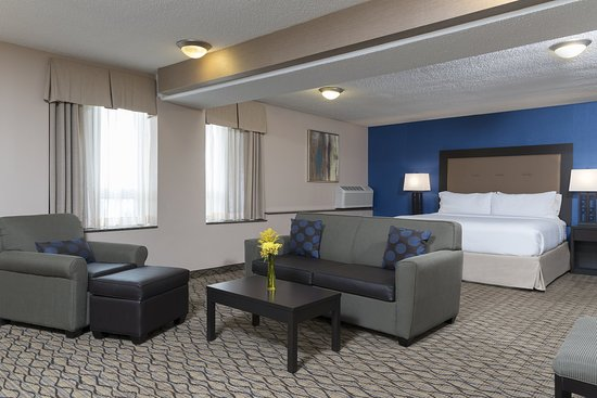 Holiday Inn Chicago Elk Grove: Our king suites feature kitchenettes for your added convenience.