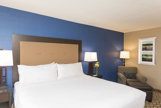 Holiday Inn Chicago Elk Grove: Our spacious king suites feature kitchenettes for your convenience