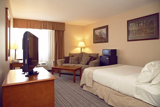 Holiday Inn Bozeman: Two Room Junior Suite with King bed, Murphy bed, and sleeper sofa
