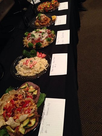 Hellertown, Pensilvania: Team cooking event finished dishes ready for juding