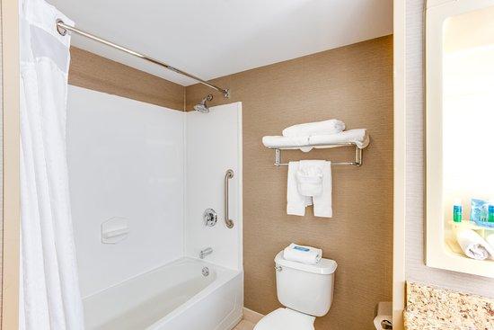 Holiday Inn Express & Suites Bethlehem: Guest Bathroom