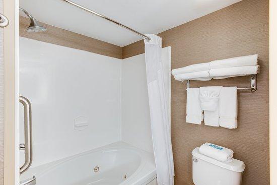 Holiday Inn Express & Suites Bethlehem: Guest Bathroom Whirlpool Tub