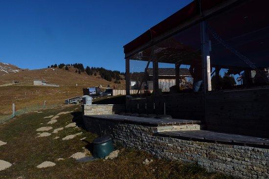 alt.1490exclusif : Une vue dela véranda depuis l'extérieur