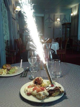 Domfront, Frankrike: Buffet de dessert à volonté avec bougie anniversaire