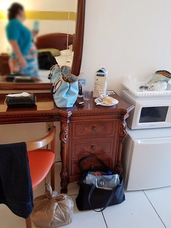 Gables Inn: Little microwave and fridge. Cool antique looking furniture.