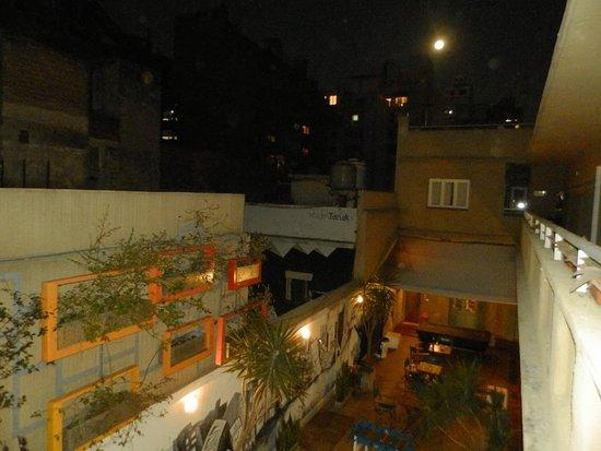 Le Grand Hostel: Abajo el patio, mesa de ping pong y de pool, a la derecha pasillo de entrada a las habitaciones.