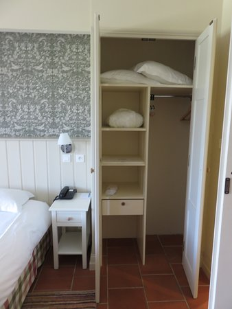 Monestier, France: Separate closet space for each guest