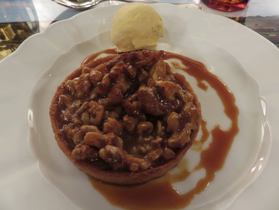 Monestier, Francia: Walnut tart dessert at the brasserie
