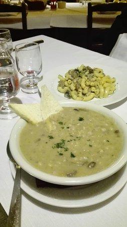 Valdagno, Italia: Zuppa di orzo e funghi. Dietro maccheroncini ai funghi