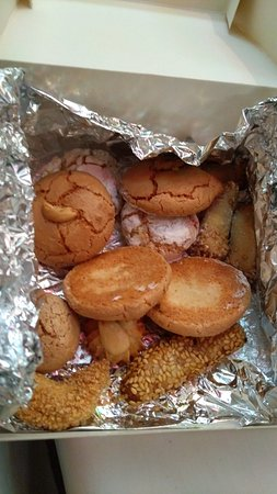 Patisserie Bennis Habous: Last 1/3 or 1/4 of the pastries left