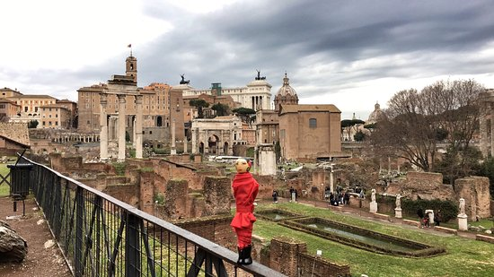 Rome with the Romans: Roman Forum with my chic umbrella.
