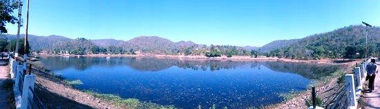 Kawardha, Ấn Độ: The lake at the temple