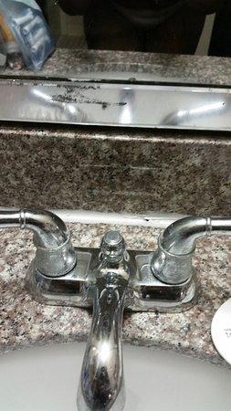 Knights Inn New Orleans: sink in bathroom