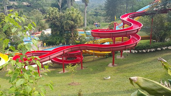 Ribeirao Pires, SP: Toboágua vermelho - 100m de extensão. Emoção e diversão aqui são aliadas