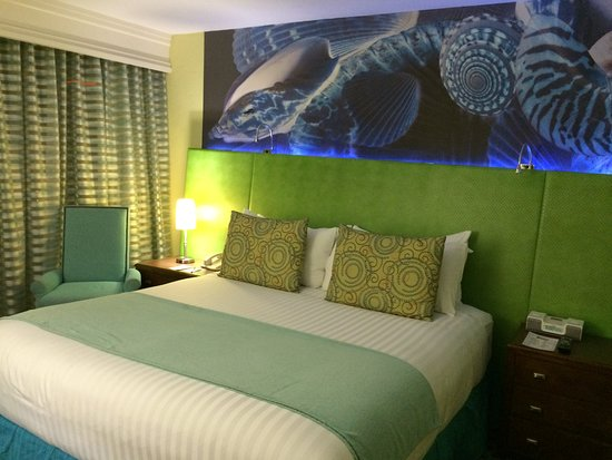 Carmel Mission Inn: Nice, modern decor with ocean theme. Small room.