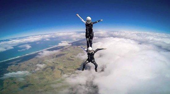 Taylors Motel: Skydiving KIWIS