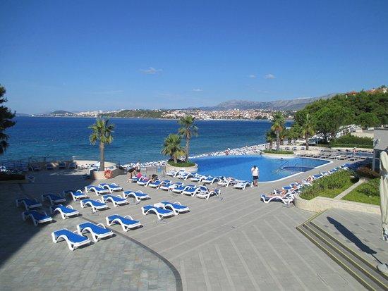 Podstrana, Croatia: Pool and beach area