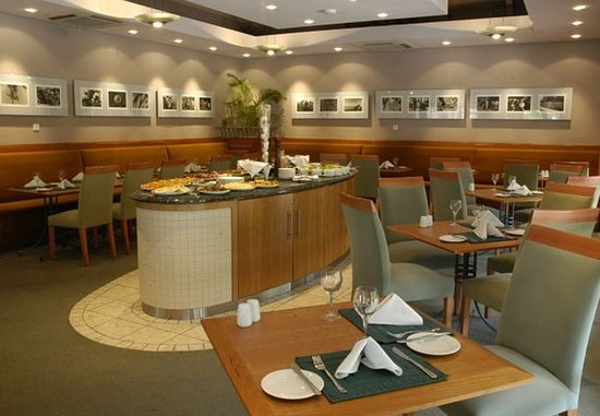 The Oyster Bay Hotel: Club Room Bar & Restaurant