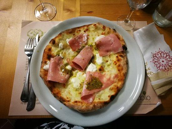 Ponte Valleceppi, Italia: Pizza Bronte con mortadella, burrata d'Andria e crema di pistacchi