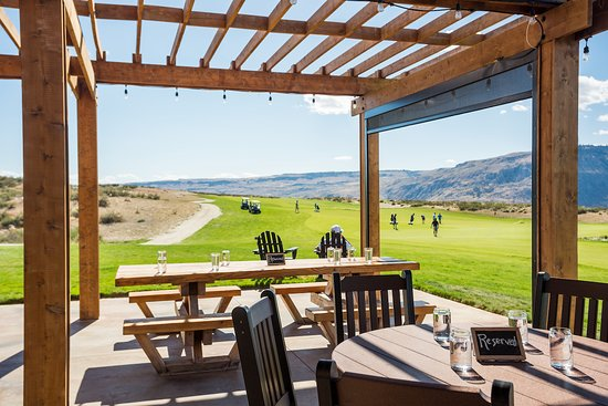 Brewster, WA: Dine inside or on the patio