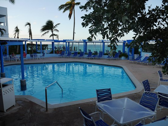 Paradise Island Beach Club: One of the pools with swim up bar