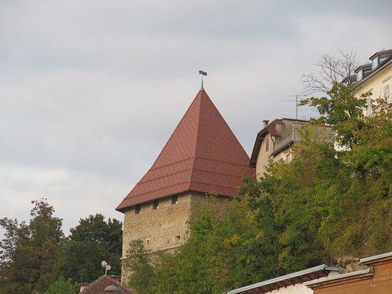 Kranj, Slovenia: Крепостная башня над рекой Сава
