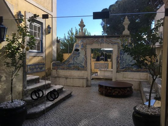 Solar Do Castelo: Beautiful, spacious courtyard with tables for drinks. Enjoy the surprise visits from the peacock