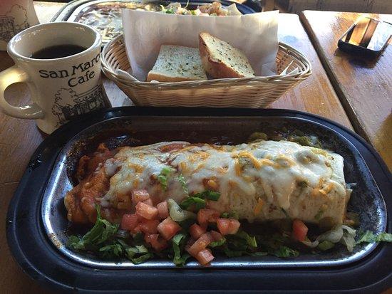 Cerrillos, Nuevo Mexico: Feed store burrito w garlic bread