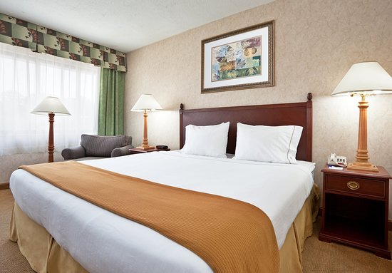 Holiday Inn Express Cincinnati West: King Bed Guest Room