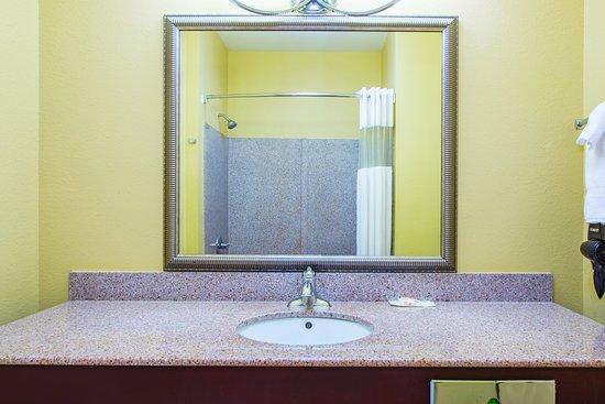 La Quinta Inn & Suites Tulsa Airport / Expo Square: Bathroom 1