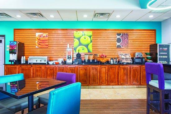 La Quinta Inn & Suites Tulsa Airport / Expo Square: Breakfast Bar