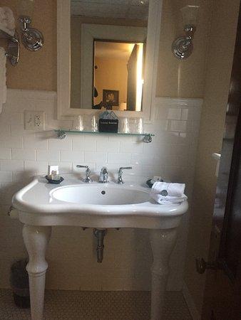 Marion, فيرجينيا: Newly appointed bathroom.