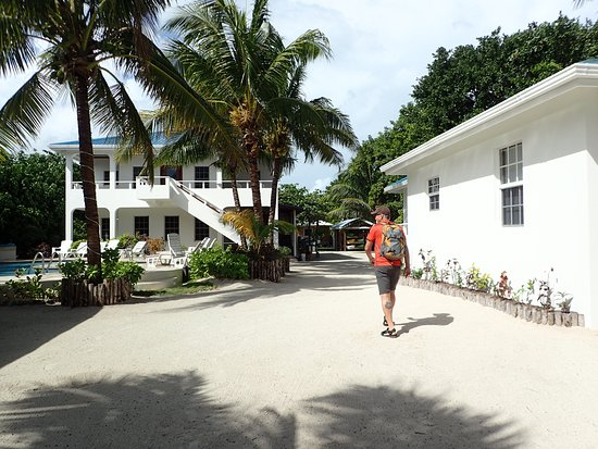 Cocotal Inn & Cabanas: Walking from water to cabanas