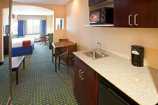 Holiday Inn Express Hotel & Suites Lubbock West: Kitchenette in the King Standard Suite