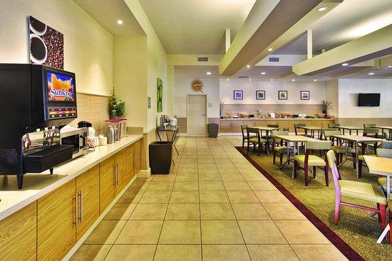 La Quinta Inn & Suites Danbury: Breakfast Bar