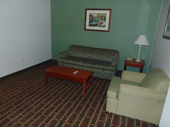 Pentwater, Мичиган: Suites Room Seating Area Including TV , A/C