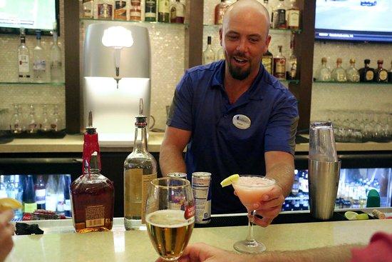Del Mar, Californië: Visit our talented mixologists at the Ocean View Bar & Grill