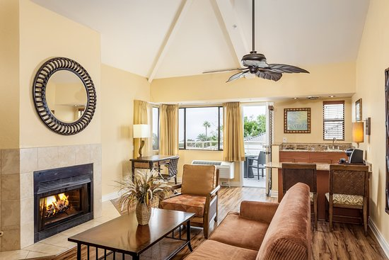 Del Mar, CA: Living room with fireplace and balcony with ocean view