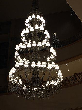 The Ritz-Carlton, Seoul - TEMPORARILY CLOSED: 吹き抜け階段のシャンデリア 美しい