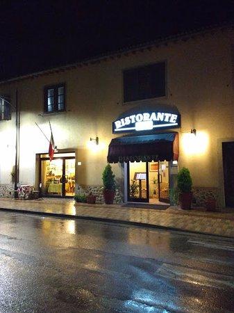 Castel San Gimignano, Italia: Desde afuera y con lluvia1