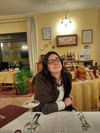 Castel San Gimignano, Italia: Por dentro, una foto de mi esposa.