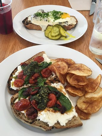 Buttermilk Bakery: Delicious lunch!! Roasted tomatoes, pesto, greens and goat cheese on rustic bread. The chips wer