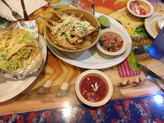 Atoka, เทนเนสซี: Wonderful Tortilla Soup, chicken tacos and cheese dip and salsa and airy thin chips!  You must s