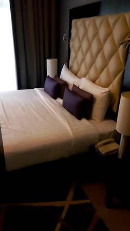 Auris Metro Central Hotel Apartments: King size bed
