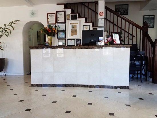 El Primero Boutique Bed & Breakfast Hotel: Front Desk