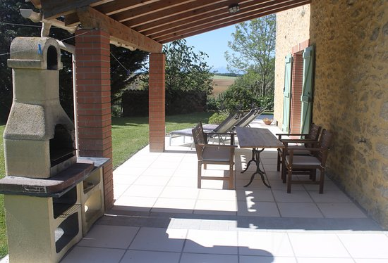 Pech-Luna, France: LoustalBeau shady terrace with barbecue