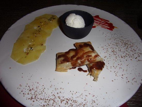 Cabrieres-d'Avignon, France: croustillant a la banane,tranches de pommes,glace noix de coco