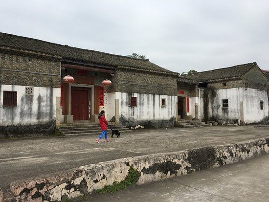 Dongyuan County, Chine : Village forcourt