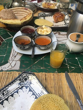 Riad Agathe: Court yard, breakfast & outside the front of the riad